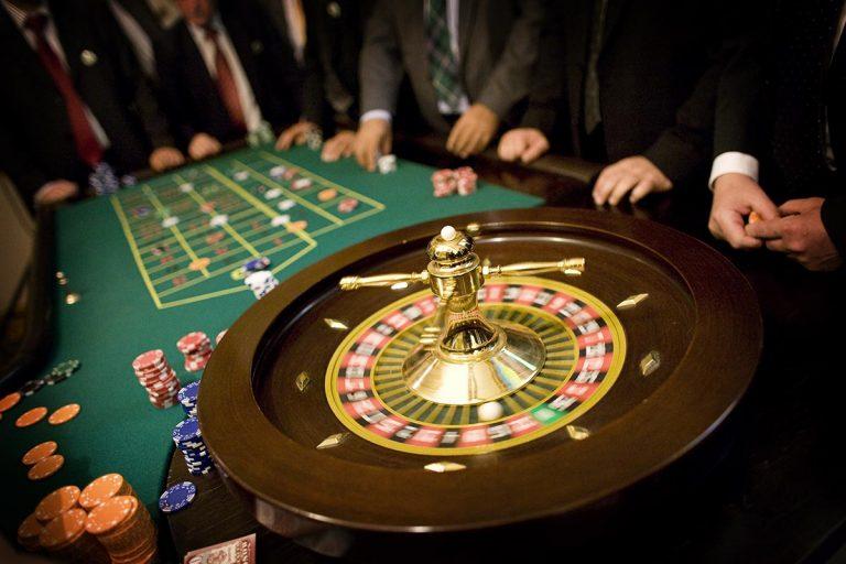 Stół do zabawy w ruletkę z obsługą krupiera -Zabawa w kasyno, kasynowy najem