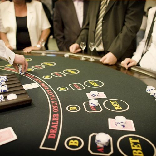 Stół do zabawy w pokera z obsługą krupiera -Zabawa w kasyno, kasynowy najem